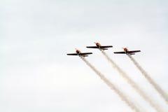 在多云天空的飞机 免版税库存图片