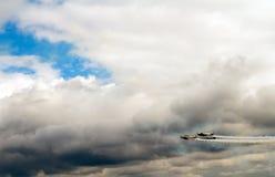 在多云天空的飞机 库存图片
