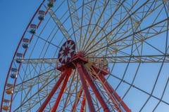 在多云天空背景游乐园狂欢节的弗累斯大转轮 免版税图库摄影