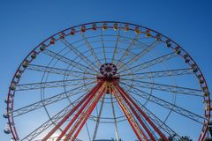 在多云天空背景游乐园狂欢节的弗累斯大转轮 库存图片