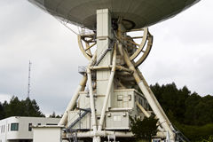 在多云天空背景的大无线电望远镜 免版税库存照片