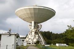 在多云天空背景的大无线电望远镜 免版税库存图片