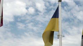在多云天空背景的大蓝色和黄色乌克兰旗子 乌克兰的标志 影视素材