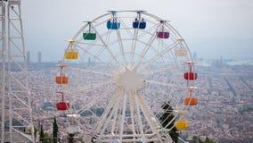 在多云天空背景的弗累斯大转轮 彩虹客舱 在镇的多云概要 巴塞罗那 免版税库存照片
