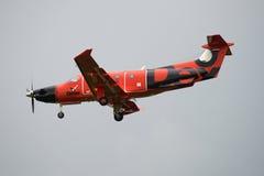 在多云天空背景的航空器Pilatus PC-12/47E (RA-01505)俄国出租飞机德克斯特  免版税库存图片