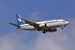 在多云天空背景的Belavia波音737-300航空器 库存图片