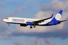 在多云天空背景的Belavia波音737-300航空器 免版税图库摄影