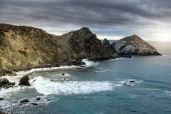 在多云日落期间的加利福尼亚海岸 免版税图库摄影