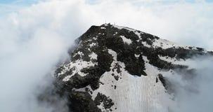 在多云气象台的向前空中顶视图在山上面在与云彩的晴天 意大利阿尔卑斯在夏天与 影视素材