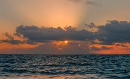 在多云的大西洋的日出, sunlighte 图库摄影