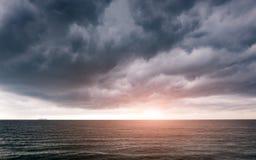 在多云的日出早晨雨季 免版税库存图片