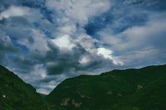 在多云背景的山 图库摄影