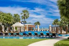 在多云蓝天的游泳池视图 免版税图库摄影