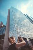 在多伦多反映生长入天空的玻璃摩天大楼 免版税库存照片