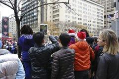 在多伦多圣诞老人游行的人群- 2013年 库存图片