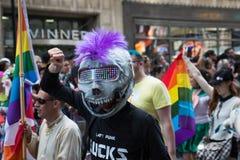 在多伦多自豪感的人佩带的面具 库存图片
