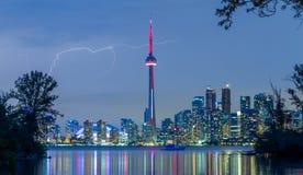 在多伦多街市地平线的闪电 免版税图库摄影