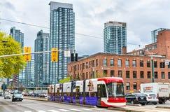 在多伦多街道上的现代路面电车  多伦多路面电车系统是最大和最繁忙的轻轨系统 免版税库存照片