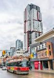 在多伦多街道上的老路面电车  多伦多路面电车系统是最大和最繁忙的轻轨系统  免版税库存图片