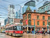 在多伦多街道上的老路面电车  多伦多路面电车系统是最大和最繁忙的轻轨系统  免版税图库摄影