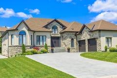 在多伦多,加拿大的郊区定制的豪华房子 库存照片