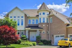 在多伦多,加拿大的郊区定制的豪华房子 免版税图库摄影