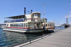 在多伦多harbourfront靠码头的巡航船 免版税库存照片