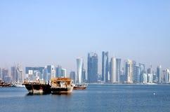 在多哈海湾停住的卡塔尔的传统单桅三角帆船 免版税库存图片