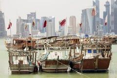 在多哈海湾的卡塔尔旗子 库存照片