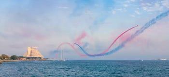 在多哈海湾的特技飞行 免版税库存图片