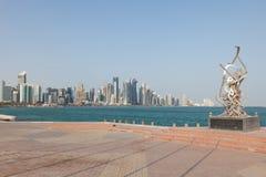 在多哈Corniche的书法雕塑  免版税图库摄影