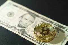 在多国家的钞票票据背景, bitcoin概念,美元,泰铢, ringit,比索的Bitcoin堆 免版税库存图片