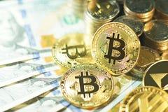 在多国家的钞票票据背景, bitcoin概念,美元,泰铢, ringit,比索的Bitcoin堆 免版税库存照片