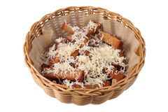 在多士上添面包用在柳条盘,烘烤啤酒快餐的乳酪 库存照片
