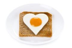 在多士的心形的煮熟的鸡蛋 库存照片