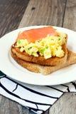 在多士的炒蛋和三文鱼 免版税库存图片