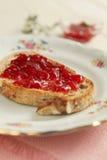 在多士的草莓酱 免版税库存图片