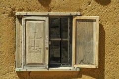 在多孔黏土大厦的窗口 库存图片