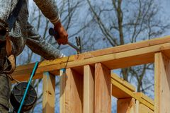 在多家庭住宅建设的木房屋结构 库存图片