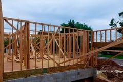 在多家庭住宅建设站点的木房屋结构 库存图片