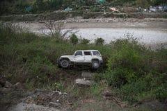 在多小山区域的残破的损伤汽车在印度 图库摄影