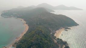 在多小山海岛上的绿色森林有沙滩上部视图 股票录像