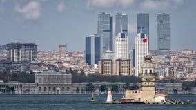在多尔玛巴赫切宫,伊斯坦布尔,土耳其前面的未婚的塔 免版税库存照片