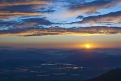 在多山平原的微明 库存图片
