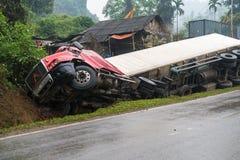 在多山路的事故,汽车事故,汽车击毁 被弄翻和在边的垄沟的长的车 免版税库存照片