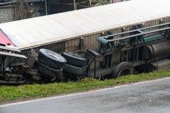 在多山路的事故,汽车事故,汽车击毁 被弄翻和在边的垄沟的长的车 免版税图库摄影