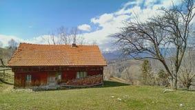 在多山风景的小屋 库存照片
