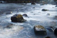 在多岩石的海滩的大波浪崩溃 库存图片