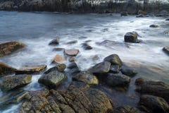在多岩石的海滩的大波浪崩溃 免版税库存照片