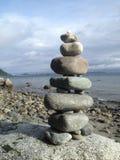 在多岩石的海滩的岩石石标 库存图片